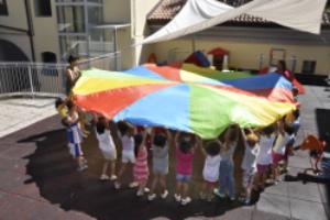 'La Casa Arancione' si propone al territorio come luogo educativo in cui il bambino da 1 anno a 6 anni vive in reale continuità: nelle proposte progettuali, nella metodologia, negli spazi e nelle figure educative di riferimento.
