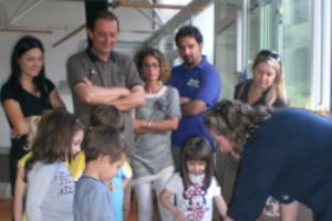 Le equipes educative hanno il costante obiettivo di mantenere coinvolte e attive le famiglie rispetto alla vita scolastica dei figli.